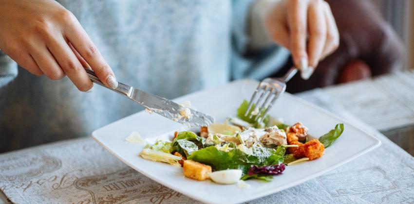 آهسته غذا خوردن لاغر کننده است
